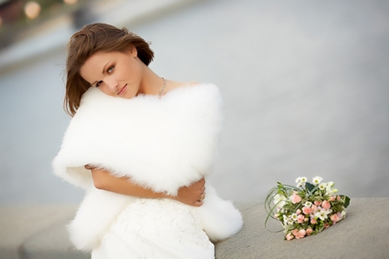 Накидка для невесты является одним из важнейших аксессуаров свадебного наряда, особенно если дата свадьбы назначена на весну или осень